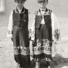 Burschen in ungarischen 'matyó' Trachten - Postkarte